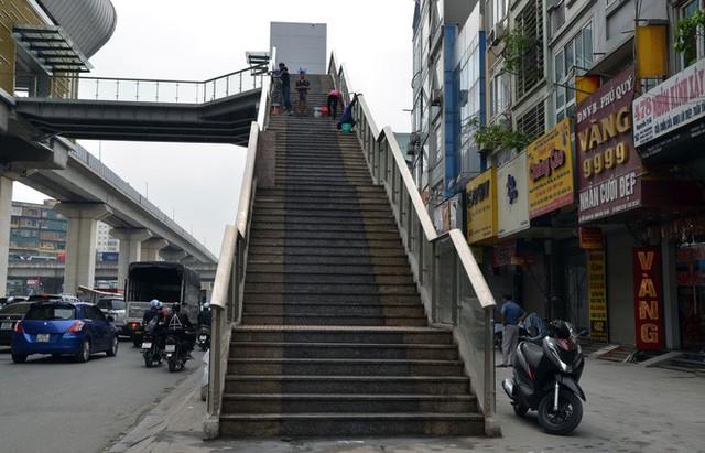 Cận cảnh nhà ga đường sắt Cát Linh – Hà Đông nham nhở, bong tróc, xuống cấp trước ngày vận hành - Ảnh 9.