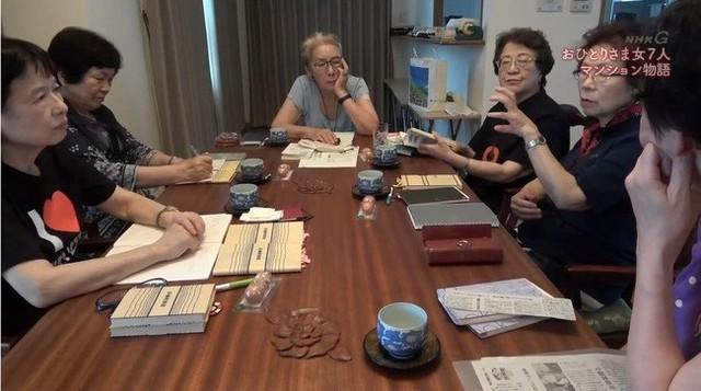 7 cụ bà độc thân rủ nhau về chung một nhà, từng chông chênh vì không chồng nhưng rồi nhận ra phụ nữ mới mang lại hạnh phúc cho nhau - Ảnh 2.