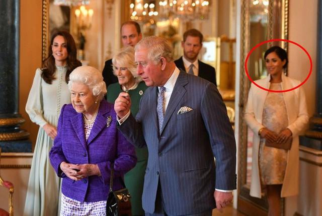 """Khoảnh khắc Meghan bị gia đình Hoàng gia Anh """"cô lập"""", đứng lẻ loi một mình, cố gắng gượng cười khiến cộng đồng mạng xôn xao - Ảnh 1."""