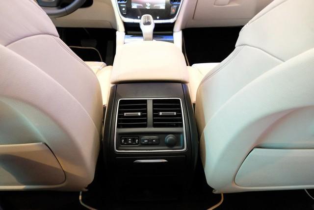 Bóc tách trang bị hàng hiệu trên VinFast Lux V8 vừa ra mắt - Ảnh 14.