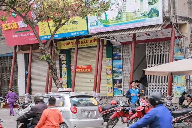 Dãy nhà chống nạng trên phố Hà Nội - Ảnh 2.