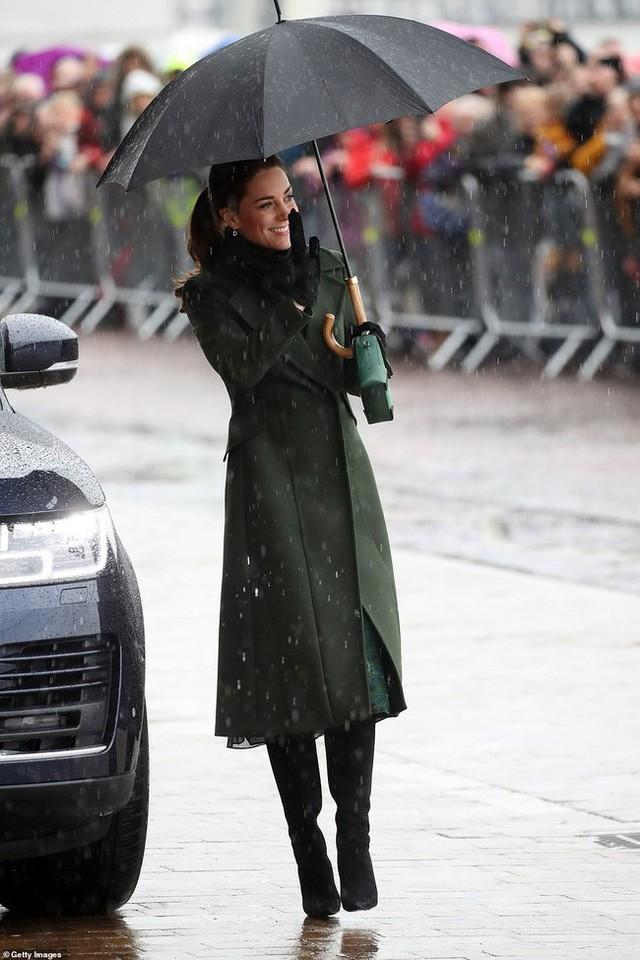 Khi Meghan lựa chọn xuất hiện như một ngôi sao thì Công nương Kate lại từ chối cầm ô, dầm mưa lạnh trong sự kiện mới nhất - Ảnh 1.