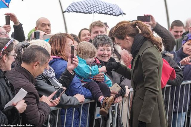Khi Meghan lựa chọn xuất hiện như một ngôi sao thì Công nương Kate lại từ chối cầm ô, dầm mưa lạnh trong sự kiện mới nhất - Ảnh 2.