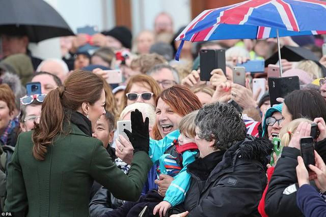 Khi Meghan lựa chọn xuất hiện như một ngôi sao thì Công nương Kate lại từ chối cầm ô, dầm mưa lạnh trong sự kiện mới nhất - Ảnh 3.