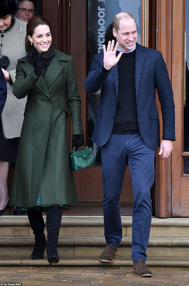Khi Meghan lựa chọn xuất hiện như một ngôi sao thì Công nương Kate lại từ chối cầm ô, dầm mưa lạnh trong sự kiện mới nhất - Ảnh 5.
