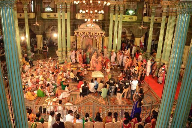 Soi vào những đám cưới dát vàng ở Ấn Độ để thấy sự xa hoa có lí lẽ của nó - Ảnh 6.