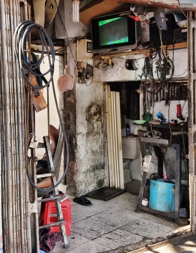 Cuộc sống bên trong những căn nhà siêu mỏng ở Sài Gòn, chiều ngang còn ngắn hơn sải tay người lớn - Ảnh 9.