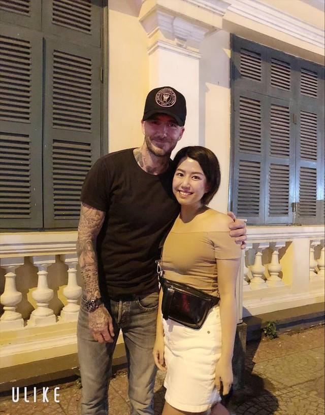 David Beckham đang có mặt tại Việt Nam, dạo phố đi bộ và thoải mái chụp ảnh cùng người hâm mộ - Ảnh 1.