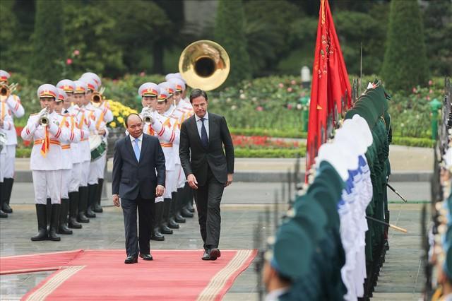 Lễ đón trọng thể Thủ tướng Hà Lan thăm Việt Nam tại Phủ Chủ tịch - Ảnh 2.