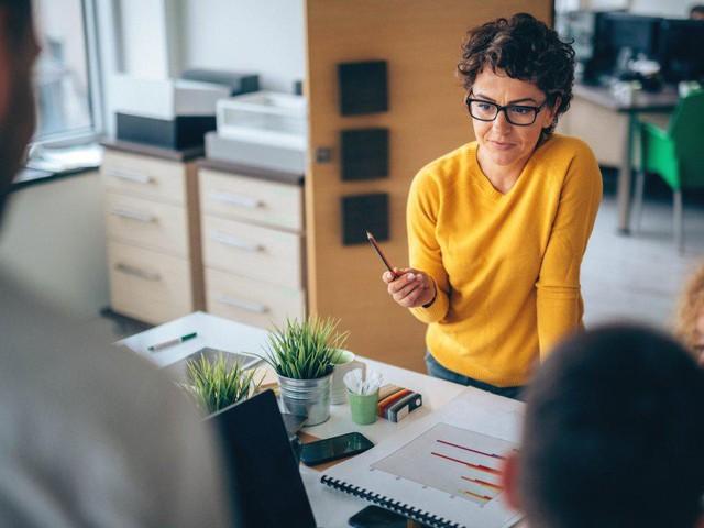 Làm gì khi vị trí của bạn bị đe dọa bởi nhân viên mới: Lo lắng, ghen tị không giải quyết được vấn đề, cư xử khéo léo để bảo vệ sự nghiệp mới là khôn ngoan - Ảnh 1.
