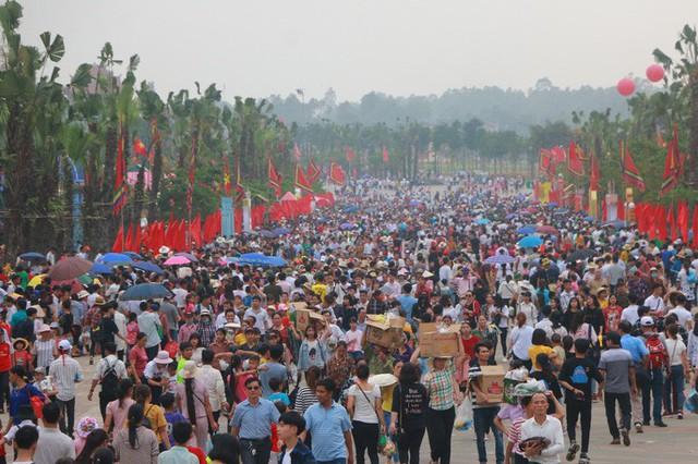 Hàng vạn du khách đổ về Đền Hùng trước ngày giỗ tổ  - Ảnh 1.