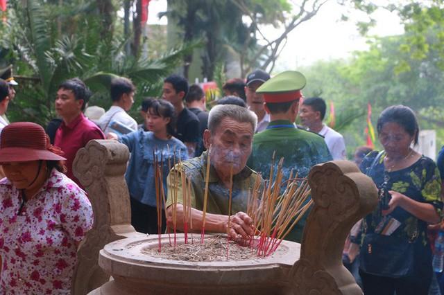 Hàng vạn du khách đổ về Đền Hùng trước ngày giỗ tổ  - Ảnh 11.