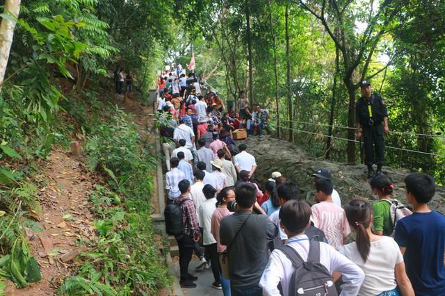 Hàng vạn du khách đổ về Đền Hùng trước ngày giỗ tổ  - Ảnh 15.