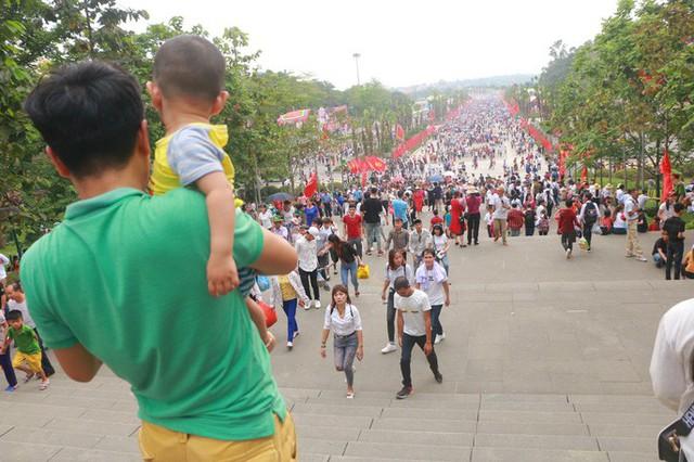 Hàng vạn du khách đổ về Đền Hùng trước ngày giỗ tổ  - Ảnh 17.