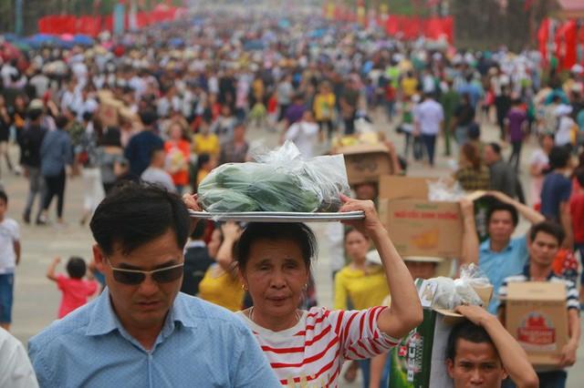 Hàng vạn du khách đổ về Đền Hùng trước ngày giỗ tổ  - Ảnh 20.