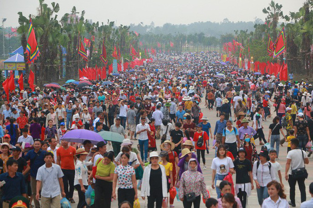 Hàng vạn du khách đổ về Đền Hùng trước ngày giỗ tổ  - Ảnh 3.