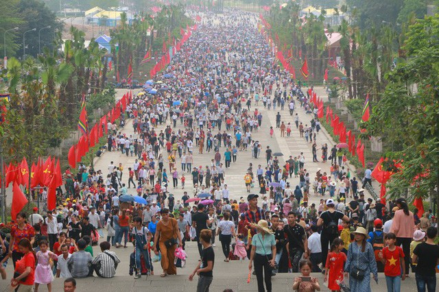 Hàng vạn du khách đổ về Đền Hùng trước ngày giỗ tổ  - Ảnh 6.