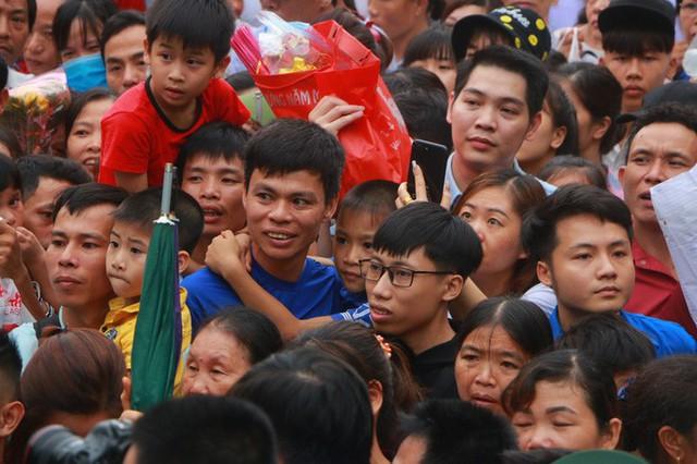 Cận cảnh vạn người chen chúc nghẹt thở ngày chính hội Đền Hùng  - Ảnh 13.
