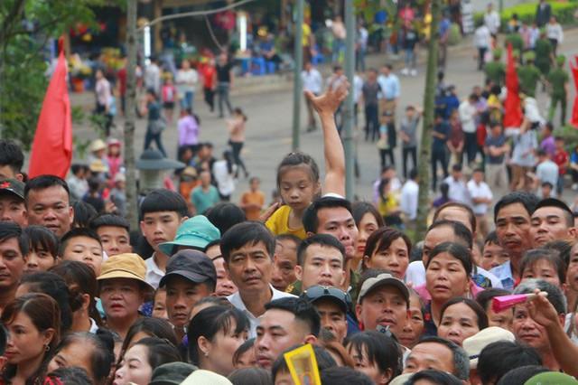 Cận cảnh vạn người chen chúc nghẹt thở ngày chính hội Đền Hùng  - Ảnh 16.