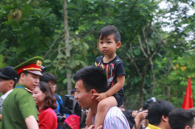 Cận cảnh vạn người chen chúc nghẹt thở ngày chính hội Đền Hùng  - Ảnh 22.