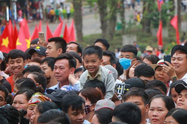 Cận cảnh vạn người chen chúc nghẹt thở ngày chính hội Đền Hùng  - Ảnh 23.