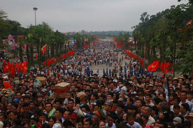 Cận cảnh vạn người chen chúc nghẹt thở ngày chính hội Đền Hùng  - Ảnh 24.