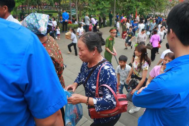 Cận cảnh vạn người chen chúc nghẹt thở ngày chính hội Đền Hùng  - Ảnh 27.