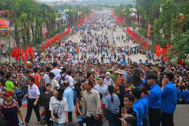 Cận cảnh vạn người chen chúc nghẹt thở ngày chính hội Đền Hùng  - Ảnh 28.
