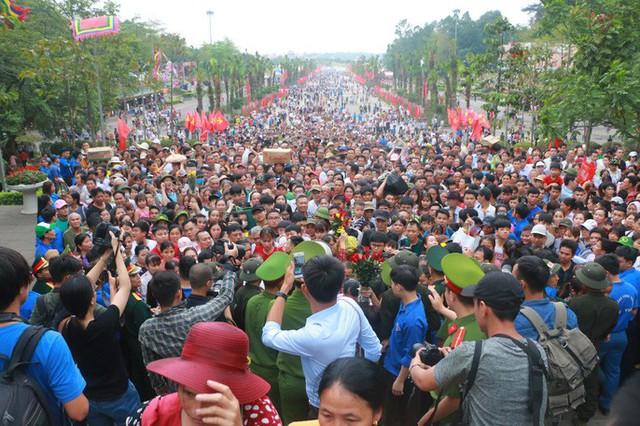 Cận cảnh vạn người chen chúc nghẹt thở ngày chính hội Đền Hùng  - Ảnh 6.