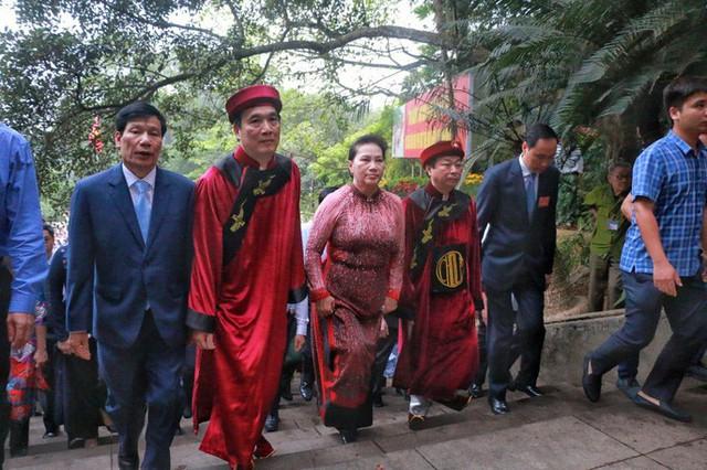 Chủ tịch Quốc hội Nguyễn Thị Kim Ngân dâng hương các Vua Hùng  - Ảnh 7.