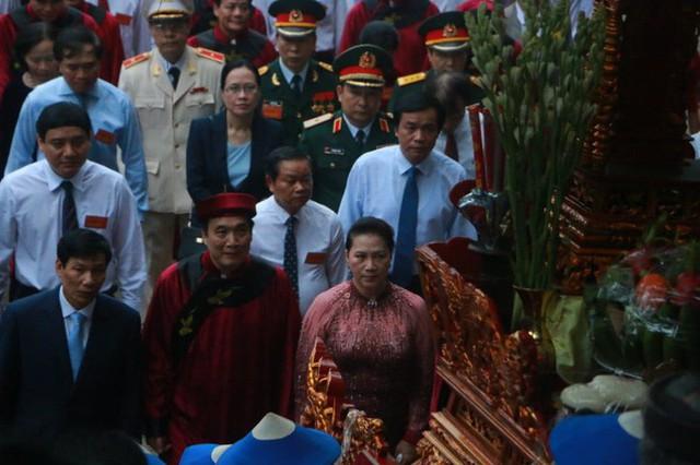 Chủ tịch Quốc hội Nguyễn Thị Kim Ngân dâng hương các Vua Hùng  - Ảnh 9.