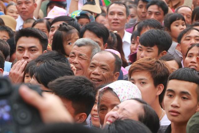 Cận cảnh vạn người chen chúc nghẹt thở ngày chính hội Đền Hùng  - Ảnh 10.