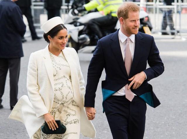 Meghan không sinh con tại bệnh viện vì muốn là người đầu tiên làm nên lịch sử này trong gia đình hoàng gia, làm lu mờ chị dâu Kate - Ảnh 1.