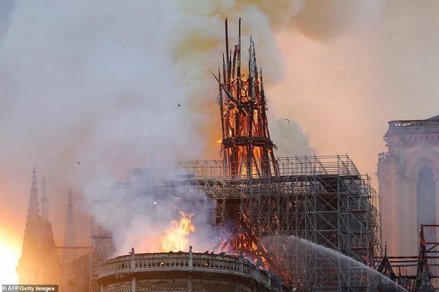 Những hình ảnh thảm khốc khi ngọn lửa lớn tàn phá Nhà thờ Đức Bà Paris tối 15/4 - Ảnh 11.
