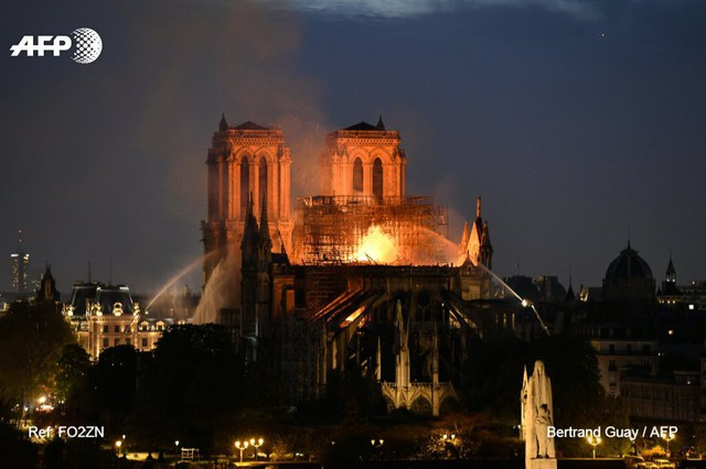 Những hình ảnh thảm khốc khi ngọn lửa lớn tàn phá Nhà thờ Đức Bà Paris tối 15/4 - Ảnh 16.