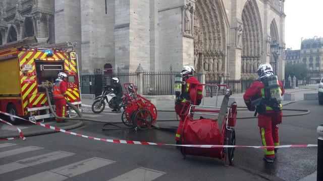 Cháy Nhà thờ Đức Bà ở Paris: Vì sao chẳng thể chữa cháy từ trên không? - Ảnh 3.