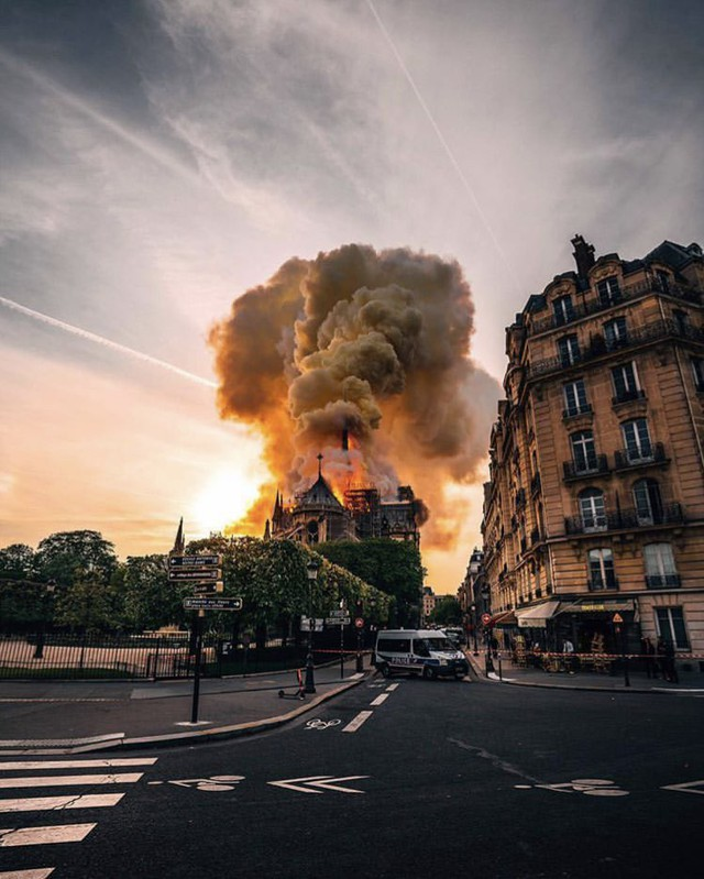 Những hình ảnh thảm khốc khi ngọn lửa lớn tàn phá Nhà thờ Đức Bà Paris tối 15/4 - Ảnh 4.