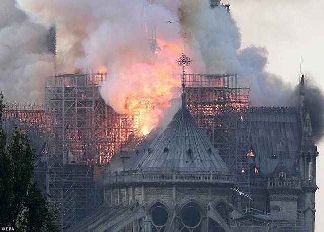 Cháy Nhà thờ Đức Bà ở Paris: Vì sao chẳng thể chữa cháy từ trên không? - Ảnh 4.