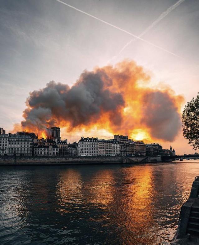 Những hình ảnh thảm khốc khi ngọn lửa lớn tàn phá Nhà thờ Đức Bà Paris tối 15/4 - Ảnh 5.