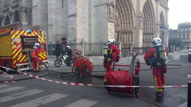 Cháy dữ dội bao phủ Nhà thờ Đức Bà Paris, đỉnh tháp 850 năm tuổi sụp đổ - Ảnh 8.