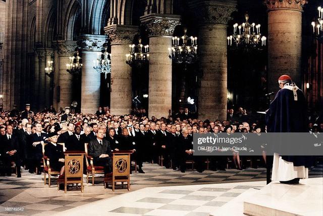 Đọc chia sẻ của nhà báo Pháp để thấm tận cùng nỗi đau khi Nhà thờ Đức Bà bùng cháy: Trái tim chúng tôi rỉ máu vì Notre Dame yêu dấu - Ảnh 2.