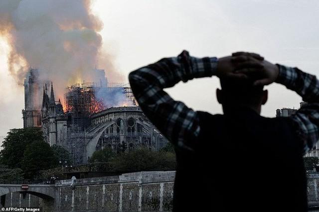 Đọc chia sẻ của nhà báo Pháp để thấm tận cùng nỗi đau khi Nhà thờ Đức Bà bùng cháy: Trái tim chúng tôi rỉ máu vì Notre Dame yêu dấu - Ảnh 6.