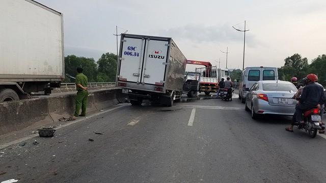 Dừng xe kiểm tra sự cố, bị xe tải khác tông bất ngờ, 2 người chết - Ảnh 1.