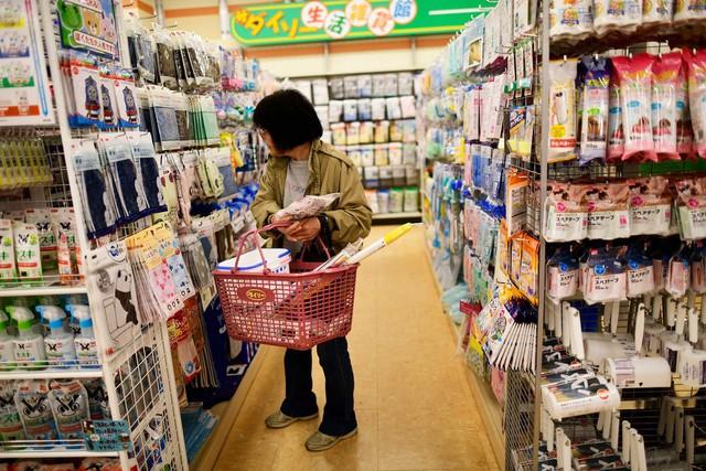 Nỗi ám ảnh mang tên chi tiêu tiết kiệm từng xu hằn sâu trong mỗi người Nhật: Giám đốc cúi đầu xin lỗi vì tăng giá sản phẩm, người dân cắt đôi gói giấy ăn để dùng được nhiều lần hơn - Ảnh 3.