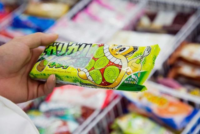 Nỗi ám ảnh mang tên chi tiêu tiết kiệm từng xu hằn sâu trong mỗi người Nhật: Giám đốc cúi đầu xin lỗi vì tăng giá sản phẩm, người dân cắt đôi gói giấy ăn để dùng được nhiều lần hơn - Ảnh 1.