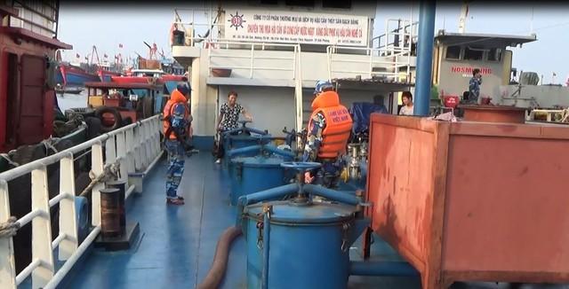 Giá xăng dầu tăng, hoạt động buôn lậu trên biển càng phức tạp - Ảnh 1.