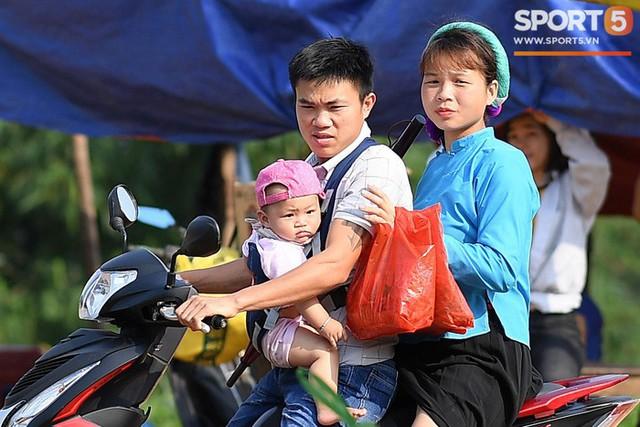 Cánh đàn ông địu con ngắm chị em mặc váy, xỏ giày biểu diễn bóng đá kỹ thuật chẳng kém Quang Hải - Ảnh 2.
