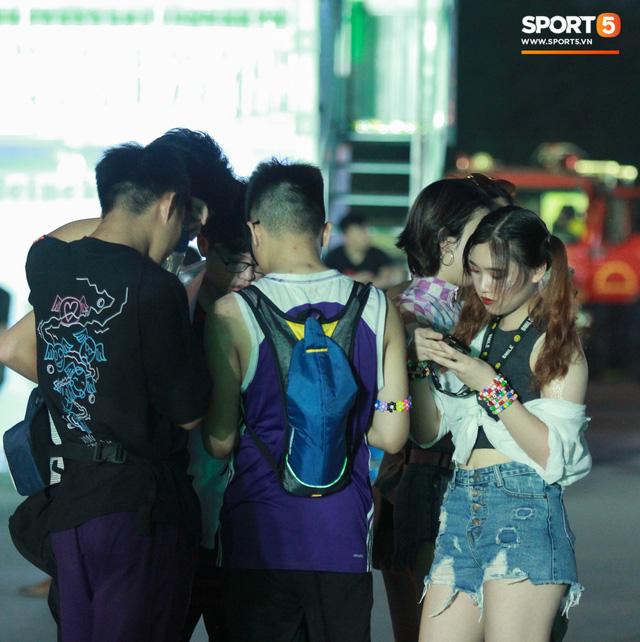 Muôn vàn cảm xúc của người dân Việt khi chứng kiến tận mắt những chiếc xe F1 ngay tại Hà Nội - Ảnh 2.