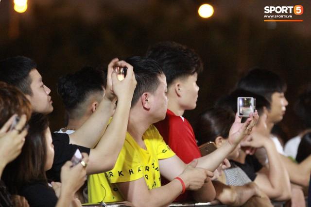 Muôn vàn cảm xúc của người dân Việt khi chứng kiến tận mắt những chiếc xe F1 ngay tại Hà Nội - Ảnh 12.