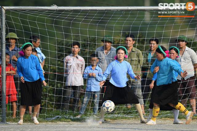 Cánh đàn ông địu con ngắm chị em mặc váy, xỏ giày biểu diễn bóng đá kỹ thuật chẳng kém Quang Hải - Ảnh 13.